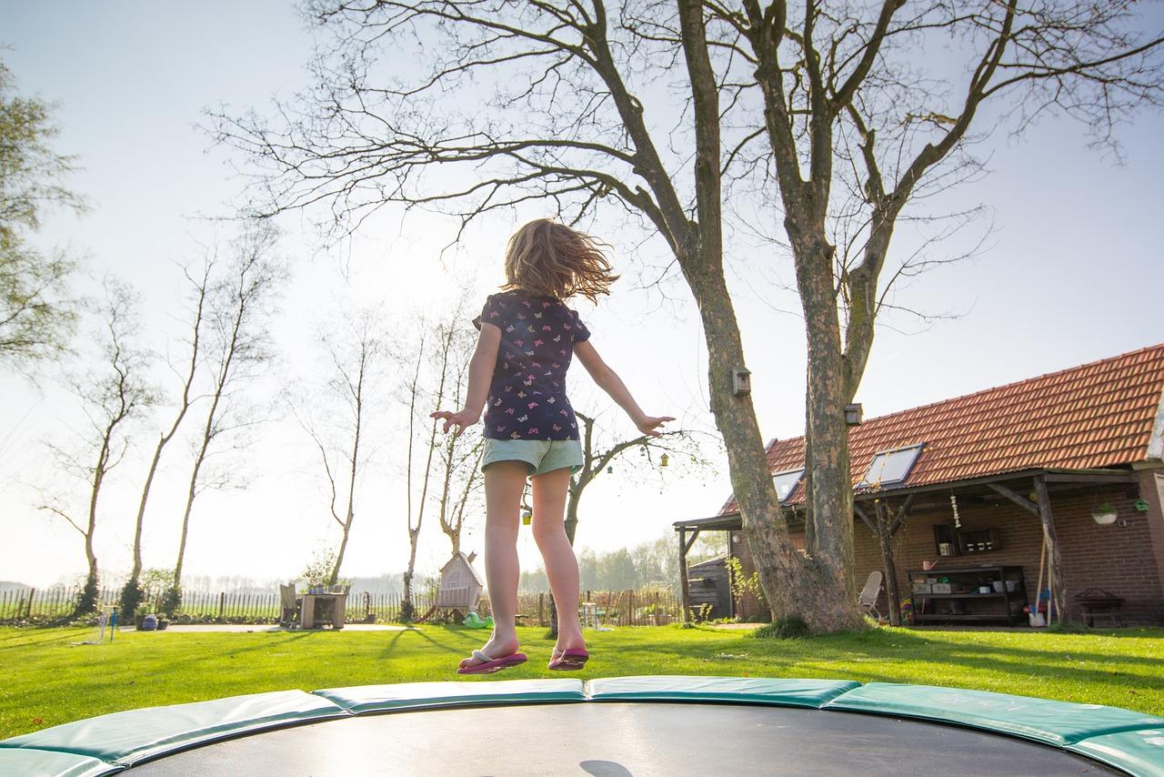 Děvče při skoku