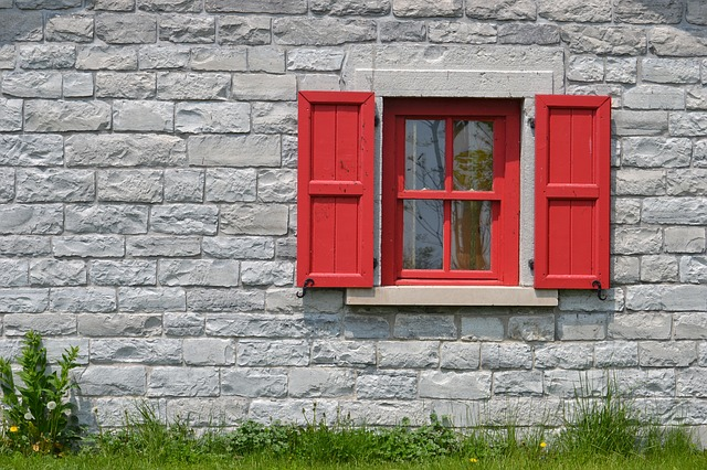 šedá stěna, červené okno