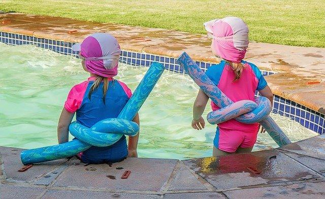 holčičky u bazénu