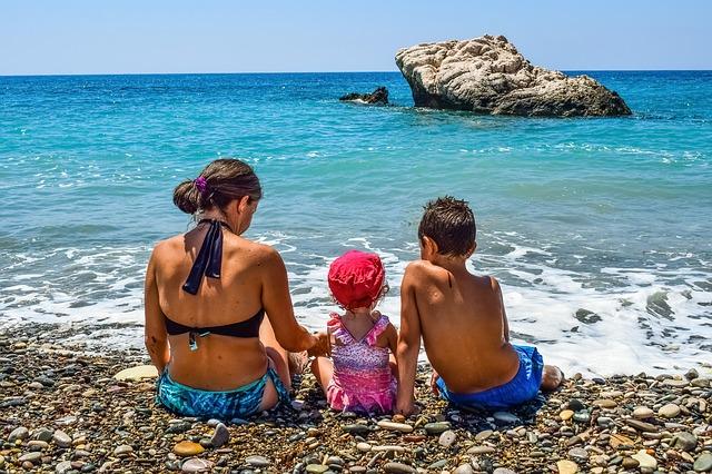děti na břehu